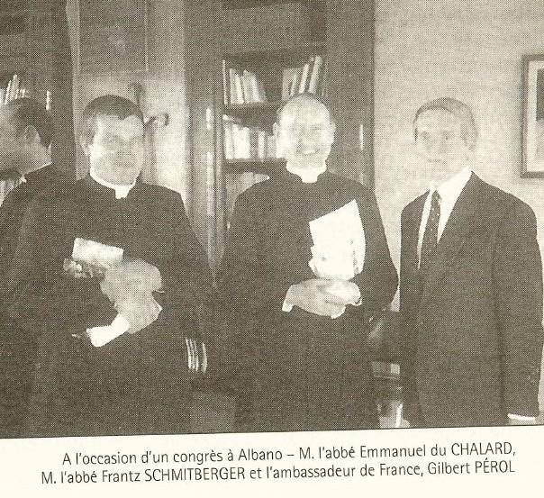 P. Schmiedberger, někdejší generální představený FSSPX, s P. du Chalardem a p. Pérolem, členy GREC, při setkání v sídle italského distriktu FSSPX v Albanu u Říma.