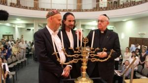 Kardinál Bergoglio 12. prosince 2012, 3 měsíce před svým zvolením papežem, oslavil Chanuku v synagoze.
